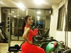 Ex-BBB Priscila Pires malha usando macacão vermelho justinho