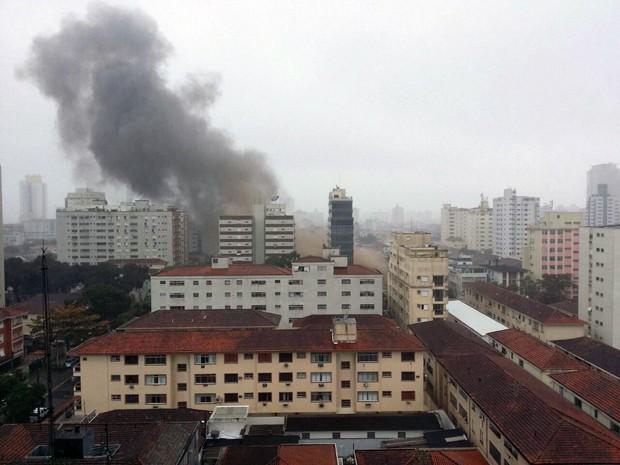 Fumaça tomou conta da região após queda de helicóptero em Santos, SP (Foto: TAssio Ricardo/Arquivo Pessoal)