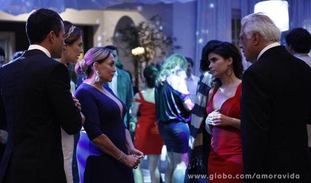 Pilar não gosta da presença de Aline e César no casamento (Foto: Amor à Vida/TV Globo)