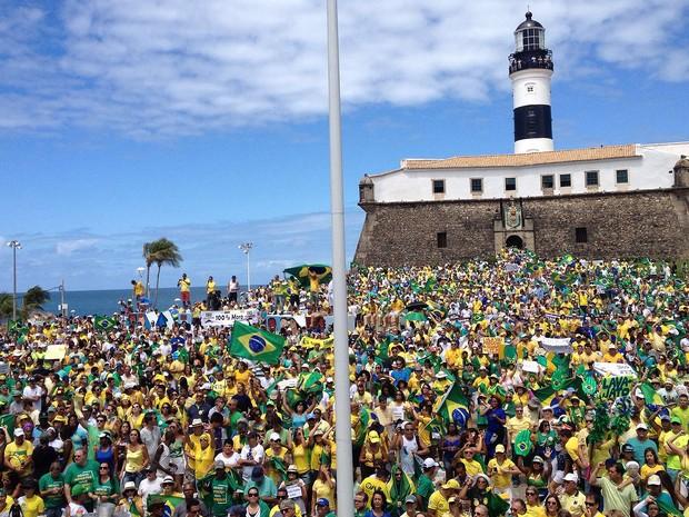 Concentração de manifestantes no Farol da Barra, Bahia, 10h40 (Foto: Henrique Mendes/ G1)