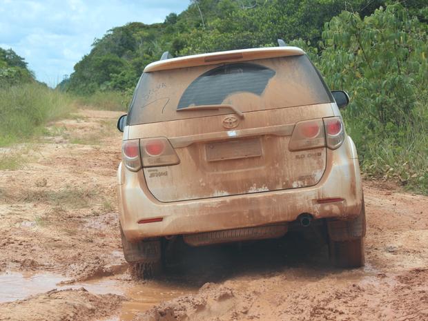 Apenas carros traçados conseguem passar pela rodovia (Foto: Taísa Arruda/G1)
