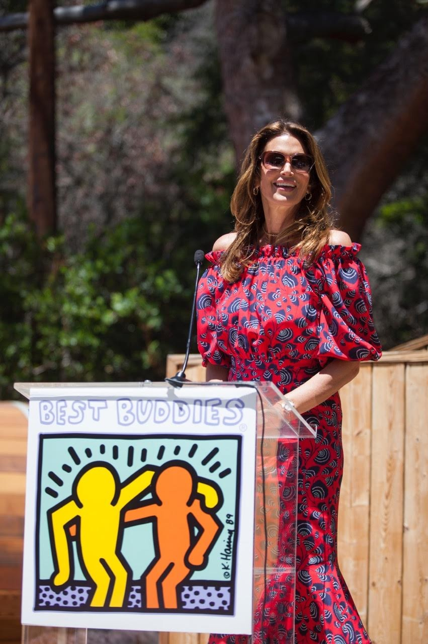 Cindy Crawford discursa no evento da Best Buddies (Foto: Divulgação)