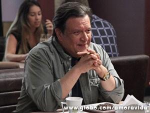 Atílio fica desconfiado (Foto: Ellen Soares / TV Globo)