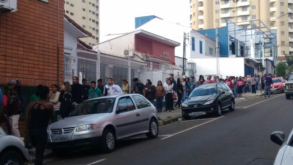 Fila para inscrição de cursos gratuitos dobra quarteirão em Piracicaba (Foto: Edijan Del Santo/EPTV)