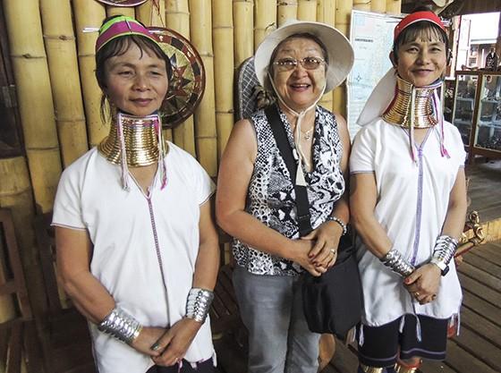Mitiko entre mulheres da etnia Kayan de Mianmar, também chamadas mulheres-girafas por usarem anéis de bronze que dão a impressão de alongar o pescoço (Foto: © Haroldo Castro/Época)