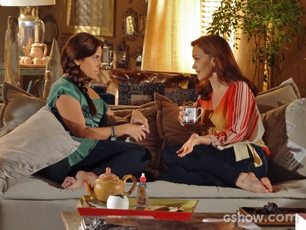 Clara ouve Helena atentamente e irmã mais velha solta o verbo (Foto: Em Família/ TV Globo)
