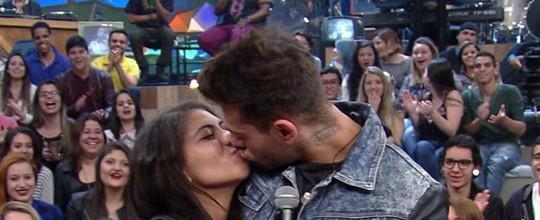 Lucas Lucco beija fã e avisa: 'No meu caso, não existe beijo técnico'