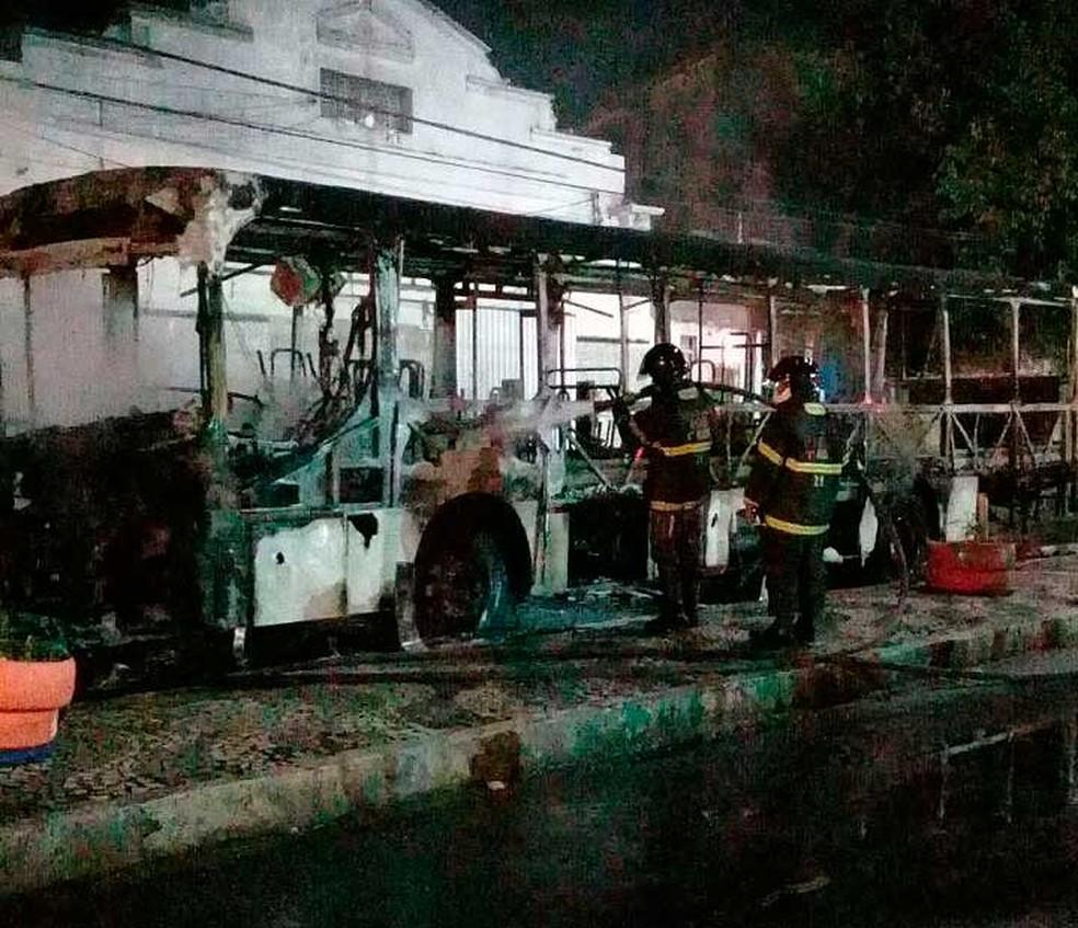 Um dos ônibus queimados, em Salvador (Foto: Arquivo Pessoal/Magda Kaufmann)