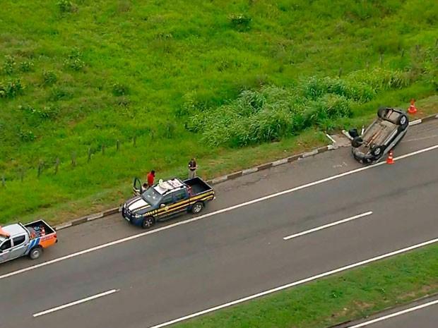 Carro capota na BR-324 (Foto: Reprodução/TV Bahia)