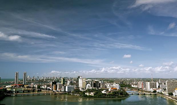 Acima, visão de Recife e das pontes que cruzama foz do rio Capibaribe, em seu encontro como oceano Atlântico: a cidade se rende ao rio que foi cenário de grandes histórias (Foto: Divulgação)