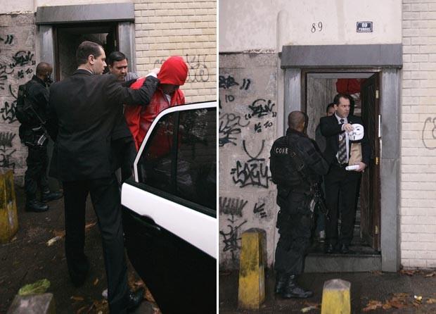 Policiais apreendem menor de idade em casa, em Pilares, na Zona Norte do Rio, e mostram uma máscara do personagem Guy Fawkes, de 'V de Vingança', apreendida no local durante operação contra black blocs (Foto: Alessandro Costa/Agência O Dia/Estadão Conteúdo)