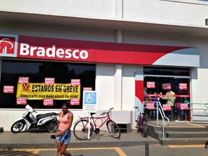 Bancários do Acre entram em greve por tempo indeterminado  (Foto: Aline Nascimento/G1)