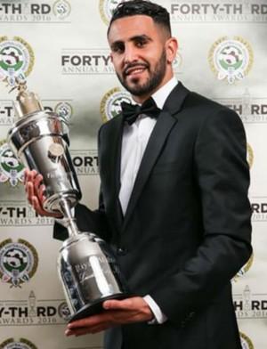 Riyad Mahrez ganha o prêmio de melhor jogador de 2016 na Inglaterra (Foto: site oficial Leicester)
