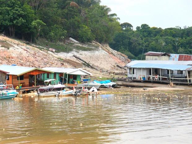 Na Marina do Davi, embarcações dividem espaço com lixo em terra e na água (Foto: Marcos Dantas/G1 AM)