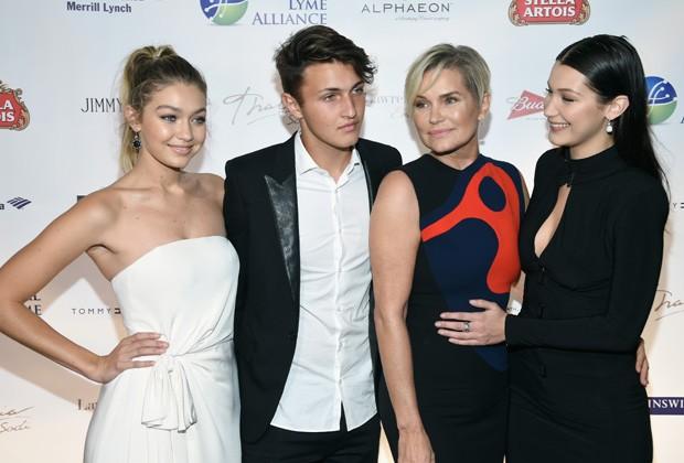 Gigi Hadid, Yolanda Hadid, Bella Hadid e Anwar Hadid (Foto: Dimitrios Kambouris/Getty Images)