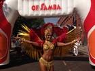 Rainha de bateria da Mocidade desfila em escola de samba de Londres