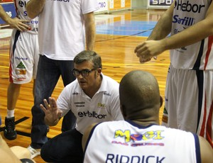 Paco García técnico Mogi, Mogi x Minas, NBB (Foto: Vitor Geron)