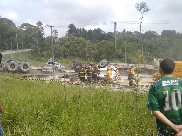 Carga de cimento caiu na pista após acidente em São Roque (Foto: Jefferson dos Passos Ramos/TEM Você)