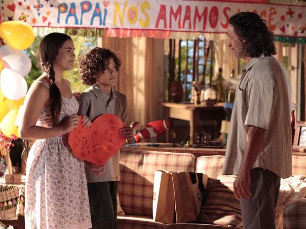 Marizé e Lipe preparam surpresa para o pai (Foto: Flor do Caribe / TV Globo)