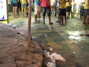 Muitos materiais foram jogados ao chão pós-jogo da Copa (Foto: Abinoan Santiago/G1 AM)