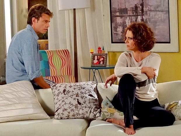 Alejandro e Lygia tem uma conversa bem tensa (Foto: Cheias de Charme / TV Globo)