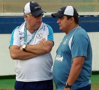 Josué Teixeira, treinador do macaé, e Marcinho, auxiliar (Foto: Sérgio Barcellos / Macaé Esporte)