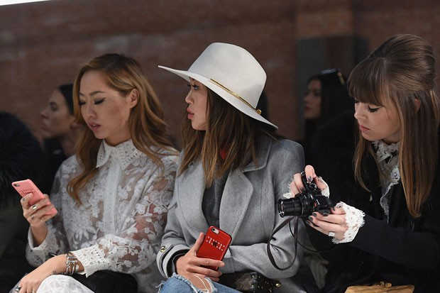 Influencer chinesa usando smartphone (Foto: Getty Images)