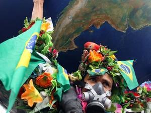 Manifestante segura globo no encerramento da Cúpula dos Povos (Foto: Tasso Marcelo/AE)