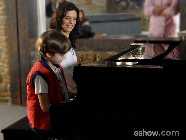 Que talento! Ivan aprende a tocar piano (Foto: Em Família / TV Globo)