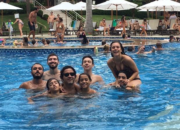 Matheus Costa se diverte com amigos em piscina de hotel (Foto: Arquivo pessoal)