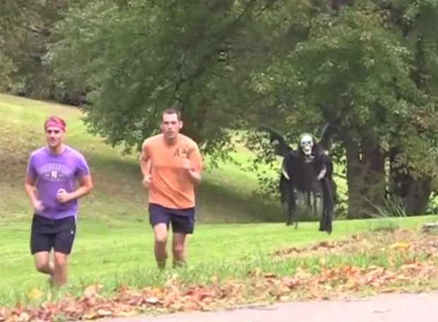 Caveira 'perseguiu' corredores durante pegadinha nos EUA (Foto: Reprodução/YouTube/MabeInAmerica)