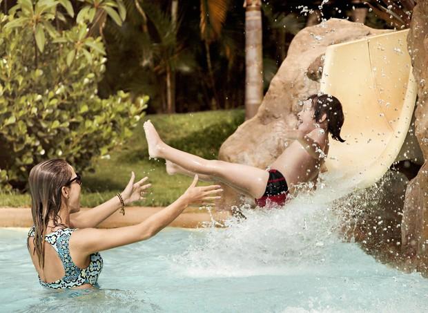 Mãe e filho se divertem em atração aquática do Mavsa Hotel (Foto: Divulgação)