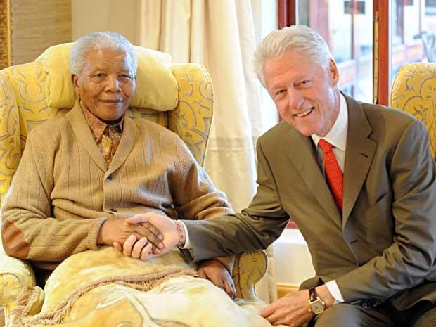 Mandela recebeu em sua casa, na terça-feira (17) o ex-presidente dos EUA, Bill Clinton.  (Foto: Peter Morey / AP Photo)