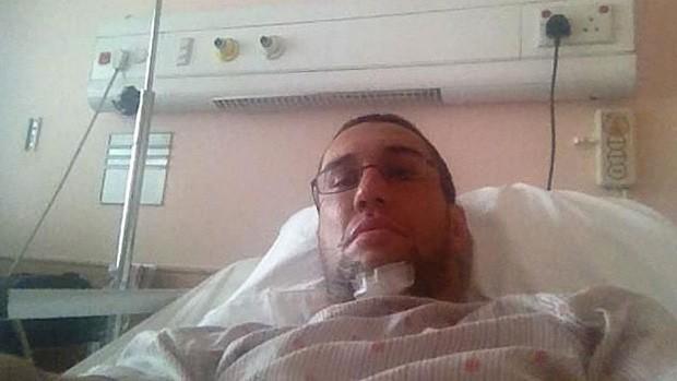 O lutador de MMA postou uma foto do hospital em sua conta no Twitter (Foto: Reprodução/Twitter)