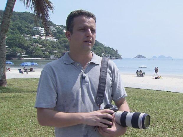 Fotógrafo mostra ponto onde estava no momento em que raio atingiu turista em Guarujá (Foto: Reprodução / TV Tribuna)