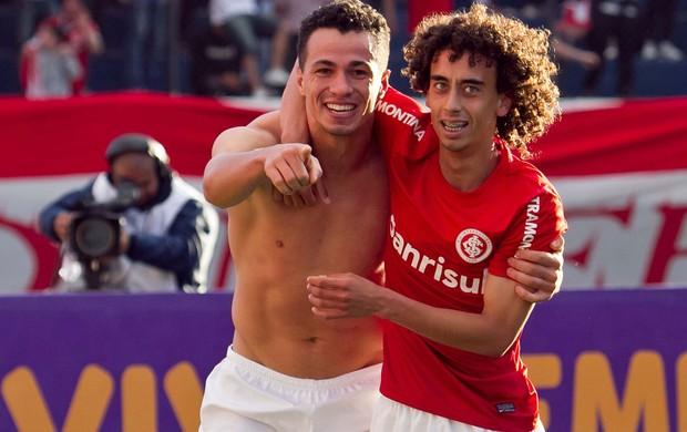 Leandro Damião e Valdivia gol Internacional x Fluminense (Foto: Luca Erbes/ Ag. Estado)