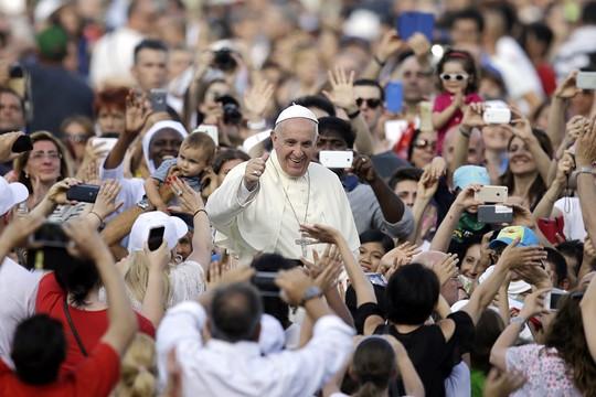 Papa Francisco acena para fiéis em Roma (Foto: Gregorio Borgia/AP)