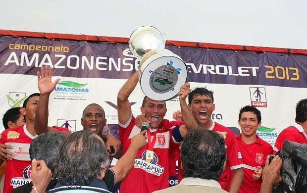 Capitão Rondinelli com a taça (Foto: Adeilson Albuquerque/GLOBOESPORTE.COM)