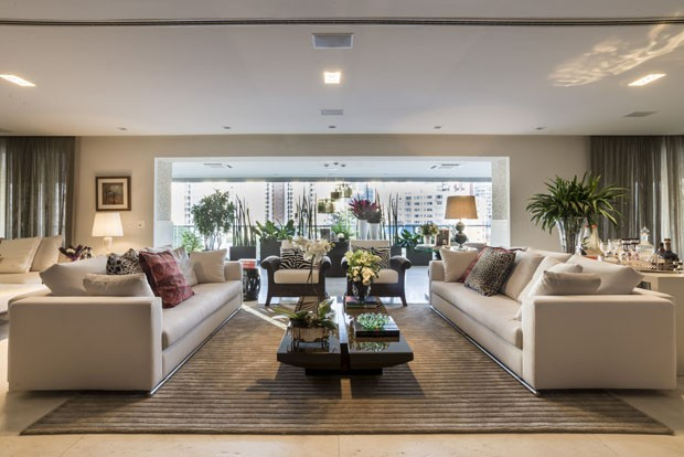 Varanda integrada e jardim são destaque no apartamento (Foto: Divulgação)