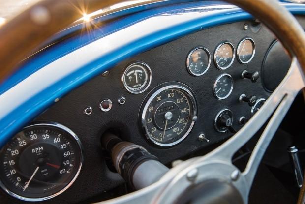 Painel do primeiro Shelby Cobra da história (Foto: Reprodução)