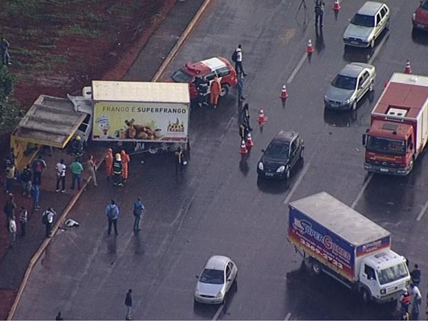 Caminhão invade parada de ônibus após acidente no DF (Foto: TV Globo/Reprodução)