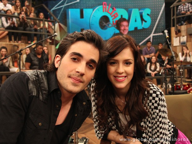 Casal posa para fotos durante o intervalo do programa deste sábado (Foto: TV Globo/Altas Horas)