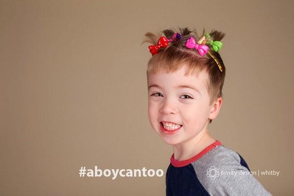 """""""Meninos amam fazer penteados também! Nosso menininho ama enfeitar o cabelo com vários acessórios. Esse penteado foi feito de acordo com as instruções dele pela mãe, eu"""" (Foto: Kirsten McGoey/Trinity Design)"""