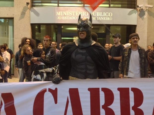 Homem fantasiado de Batman é detido por PMs em protesto contra o uso de máscaras em manifestações (Foto: Isabela Marinho/G1)
