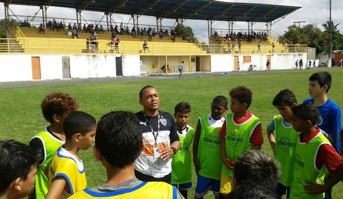 O observador técnico, João Paulo Alves de Paula, enviado pelo Atlético Mineiro foi quem escolheu os cinco garotos dentre mais 200 (Foto: Fefaer)
