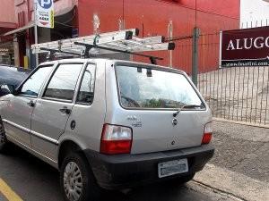 Carro estacionado em guia rebaixada no centro (Foto: Nikolas Capp/ G1)