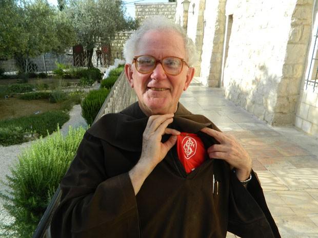 O religioso brasileiro mostra, com orgulho, a camisa do Internacional que usa debaixo do hábito franciscano (Foto: Richard Furst/G1)