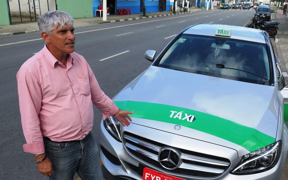 Taxista não aceita aceita cartões e afirma que trabalha à moda antiga (Foto: Orion Pires/G1)