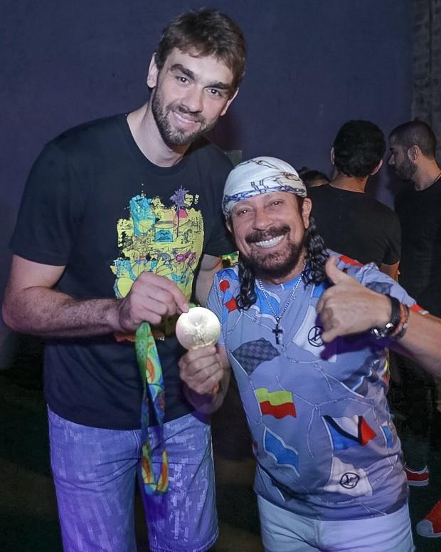 Lucão, do volei, comemora ouro no palco com Bell Marques (Foto: Fabio Cunha/ Divulgação)