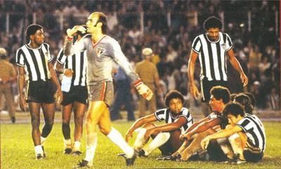 Joãozinho é o segundo sentado (da dir. para a esq) na decisão do Brasileiro de 1977 (Foto: Divulgação)